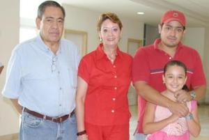 <u><i> 30 de julio</i></u><p>  María Flores de Falcón acompañada de su nieta Marina Martínez y de Manuel Falcón.