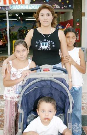 Esperanza Rodríguez en compañía de Andra Navarro, Itzel Nevárez y Manlio Navarro.