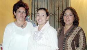 Claudia Irasema Gurola de Chacón con las organizadoras de su fiesta de canastilla, María Guadalupe Gurrola Valerio y Odilla Gurrola de Quiñones.