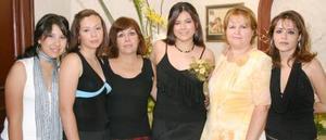 Beatriz Vargar Jiménez, acompañada por su familiares en la despedida de soltera que le ofrecieron, por su próximo enlace matrimonial con Felipe Martínez.