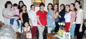 Magdalena castillo Villegas, acompañada de algunas asistentes a su fiesta de regalos.