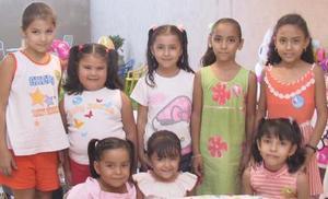 Denisse Paulette Ramírez Tovar acompañada des sus amiguitos, en la fiesta de cumpleaños que le ofreció su mamá en días pasados.