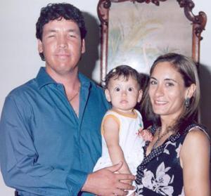 <i><u> 31 de julio </i></u><p>  Fernanado y bárbara Martínez Becerra con su pequeña hija Bárbara, en pasado festejo soscial.