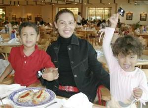 Eva Leal con sus hijos Salvador y Sara Maturino Leal.