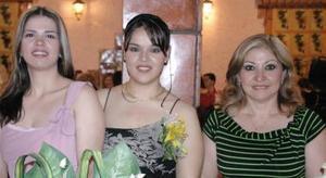Aída Pnce Gutiérrez junto a las organizadoras de su despedida de soltera, Natalia carrillo de López y Peregrina López Carrillo.