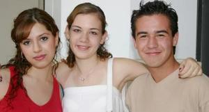 María Fernanada Iza, Gabriela Delgado y Carlos Backmann.