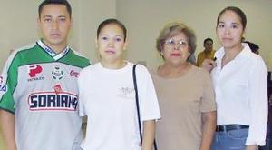 Lulú Cervantes y Carlos Ríos viajaron a Mérida, por lo que fueron despedidos por Lourdes y Liz Cervantes.
