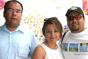 Ismael Hernández, Martha Ramírez y Manolo Olivas.