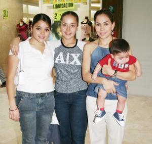 Alicia, Fernanada y Marcela Jaime y el niño Ricardo Ruiz.