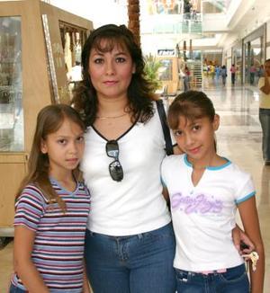 Angélica Zavala de Sánchez, Lily Angélica Sánchez Zavala y Gabriela Andrea Sánchez Zavala
