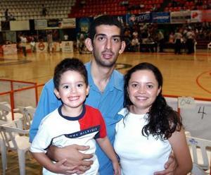 Emmanuel Cisneros, Emmanuel Cisneros Jr y Karla Ramírez.