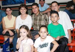 Luis Contreras, Yola Salazar, Gaby y Daniela Contreras Salazar, Mario Salazar, Fernanado Salazar, Raúl Salazar y Julisa Cosain.