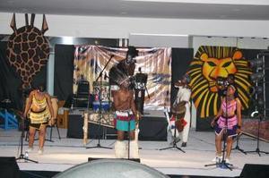 Desde Sudáfrica, pisó tierras laguneras el grupo Heshoo Beshoo, quienes presentaron su espectáculo ante un numeroso grupo de personas en Galerias Laguna.