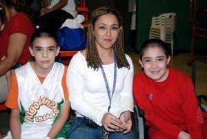 María Elena de Orozco con sus hijos Cristian y Jesús Orozco.