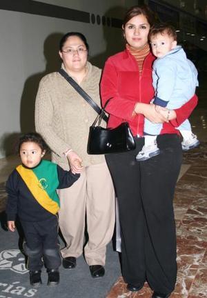 Ale Tovalín, Santy Woo, Lucñia de Woo y Andrea Woo.
