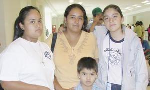 <u><i> 01 de Agosto </u></i><p>   La familia Cortinas García  despidió a Jaqueline Cortinas, antes de que su vuelo despegara a la capital del país.