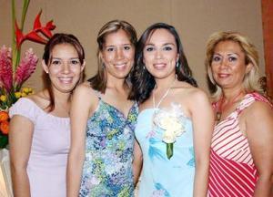 Ivet Villegas, en compañía de algunas amistades a su despedida de soltera, realizada en días pasados.