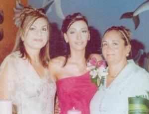 La festejada junto a las organizadoras del convivio, Georgina Solís Solís y Elsa Rimada de García.