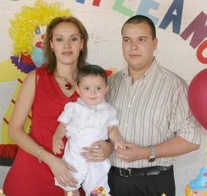 Diego Roberto Ibarra Gallegos acompañado por sus papás, Jesús Ibarra Márquez y Linette Gallegos de Ibarra, el día que festejó su primer año de vida con una divertida piñata.