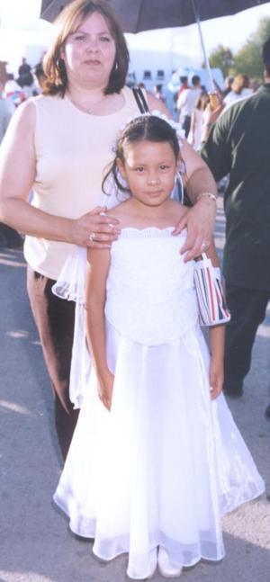 Kendra Guadalupe Castro acompañada de su madrina, Bertha Fraire Villa.