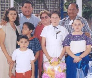 José Luis Rivera Cháirez, acompañado por su familia en reciente festejo social.