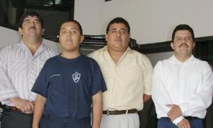 Luis Felipe Rocha Morales junto a algunos de sus maestros.