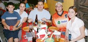 Ricardo Sáinz Flores, Claudia Flores de Sáinz, Ricardo Sáinz Garza, Ramón Sánchez y Katty Garza de Sánchez, captados en un restaurante de la localidad.