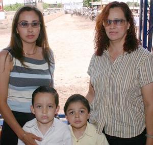 Hortensia de Tovar con sus hijos Armando y Francisco, en compañía de Amparo González.