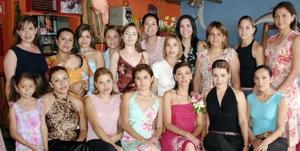 Kenia García de Rimada recibió numerosas felicictaciones de sus amigas por su próxima boda.