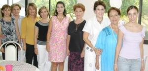 Mariestela Ramírez de Fernández, con algunas de las asistentes a su fiesta de canastilla.
