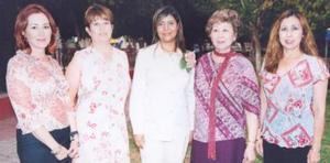 Rocío Rodríguez Pineda con algunas de las organizadoras de su despedida de soltera, Delia Hamabata de Cabrales, Lulú, Lety y Lily Cabrales.