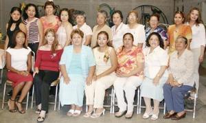 Rosa Elena Martínez Ramírez, acompañada de algunas asistentes a su despedida de soltera.