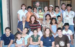 Sra. Ernestina García de Gómez acompañada por sus familiares, en pasado festejo social.