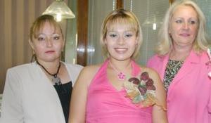 Alejandra Martínez de Romo, en compañía de las organizadoras de su fiesta de canastilla.