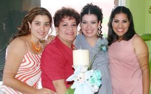 Danae Carrillo de Romeo junto a su mamá y hermanas, quienes festejaron con un grato convivio por el próximo nacimiento de su primer bebé.