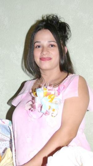 Irma Patricia Valencia de Padilla recibió numerosas felicitaciones por el cercano nacimiento de su primer bebé.