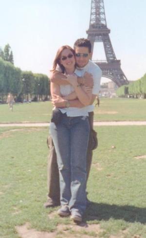 Betty Villegas y Felipe Ceniceros, captados frente a la Torre Eiffel en París, Francia.