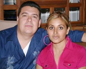 Julio Arias y Mayra de Arias Festejaron en días pasados su quinto aniversario de matrimonio.