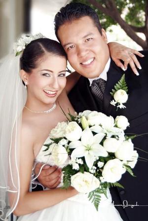 C.P. Armando Gallegos Padilla y L.M. Sara Lizeth Garnier Escárcega contrajeron matrimonio en la iglesia de Dios Israelita el sábado diez de julio de 2004.   <p> <i>Estudio: Laura Grageda</i>