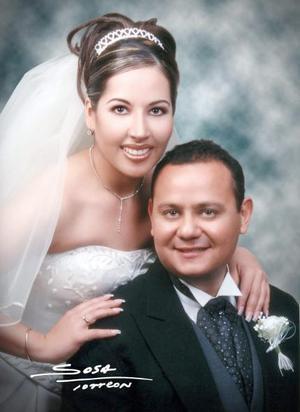 Lic. Wilfrido Alejandro Recio Sánchez y C.P. Claudia Marcela Rivas Nájera contrajeron matrimonio religioso en la parroquia de Nuestra Señora de la Virgen de Guadalupe de Gómez Palacio Dgo el sábado 14 de febrero de 2004.   <p> <i>Estudio: Sosa</i>