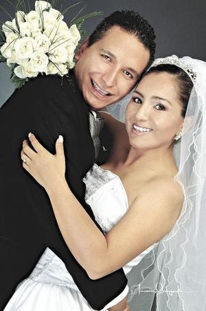 Sr. Juan José Moreno Rodríguez y C.P. Julieta Saldívar Acosta contrajeron  matrimonio religioso en la parroquia de San Judas Tadeo el 26 de junio de 2004.  <p> <i>Estudio: Laura Grageda</i>