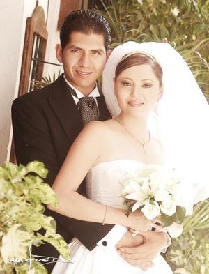 Lic. Alejandro Centeno Díaz y G.M. Karla Edith Rodríguez recibieron la bendición nupcial en la parroquia Los Ángeles el sábado 17 de julio de 2004.  <p> <i>Estudio: Maqueda</i>