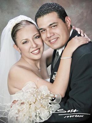 Ing. Carlos Arturo Medina Ogaz e Ing. Matilde Ivonne García González recibieron la bendición nupcial en la capilla del Centro Saulo el 17 de julio de 2004.   <p> <i>Estudio: Sosa</i>