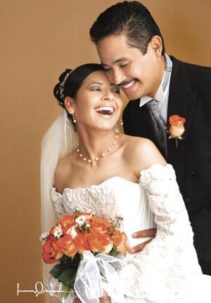 Ing. Jaime Antúnez Machado e Ing. Mari Trini Bibiana Santoyo Amador contrajeron matrimonio religioso en la iglesia del Sagrado Corazón de Jesús el sábado 24 de julio de 2004.   <p> <i>Estudio: Laura Gregeda</i>