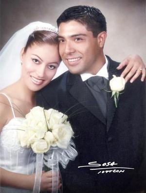 Ing. Leonardo Hernández Márquez y Srita. Cuquis Moreno Alvarado contrajeron matrimonio religioso en la iglesia de Nuestra Señora de la virgen del Refugio en Ciudad Juárez, Dgo., el  26 de junio de 2004.   <p> <i>Estudio: Sosa</i>
