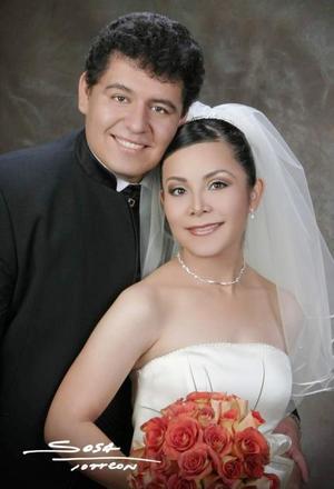 Lic. Jorge Luis Hernández Luna y Lic. Nancy Ileana López Muñoz contrajeron matrimonio religioso en la parroquia de Nuestra Señora de la Virgen de Lourdes el sábado 17 de julio.  <p> <i>Estudio: Sosa</i>