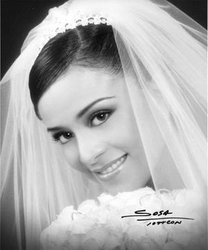 Lic. Paola Segura Mesta unió su vida en ceremonia religiosa a la del Lic. José Guadalupe Gómez Ontiveros.   <p> <i>Estudio: Sosa</i>