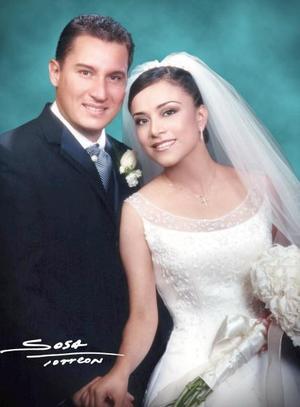 Lic. José Gómez Ontiveros y Lic. Paola Segura Mesta contrajeron matrimonio religioso en la parroquia de La Sagrada Familia el sábado 17 de julio   <p> <i>Estudio: Sosa</i>