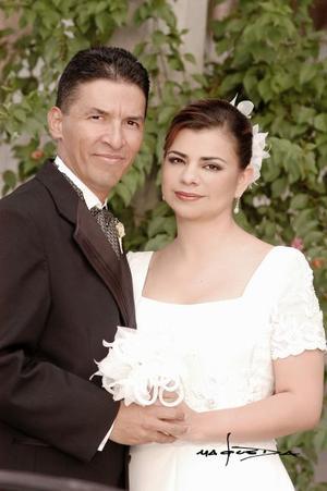 Sr. Román Cueto Wong y Srita. Marcela Bollaín y Goytia Villarreal contrajeron matrimonio el sábado diez de julio de 2004.  <p> <i>Estudio: Maqueda</i>