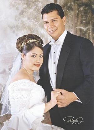 Sr. Felipe de Jesús Flores Prince y Srita. Mayela Elizabeth Cabral Ramos el día de su enlace nupcial.   <p> <i>Estudio: Reyes G</i>